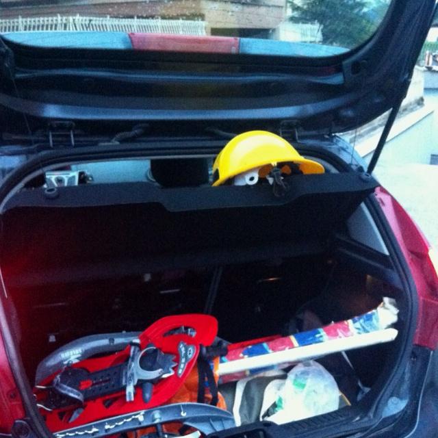 Nella mia macchina: ciaspole, ombrellone da mare e caschetto... Praticamente l'Abruzzo!