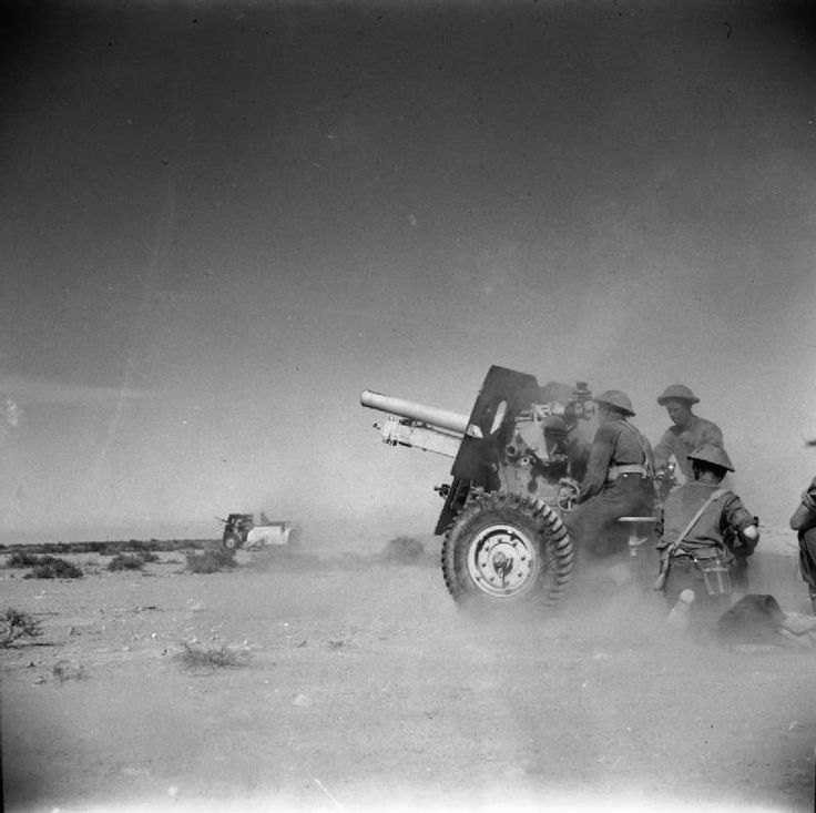 BRITISH ARMY NORTH AFRICA 1942 (E 9535)   25-pdr field guns in action in the Western Desert, 22 March 1942.
