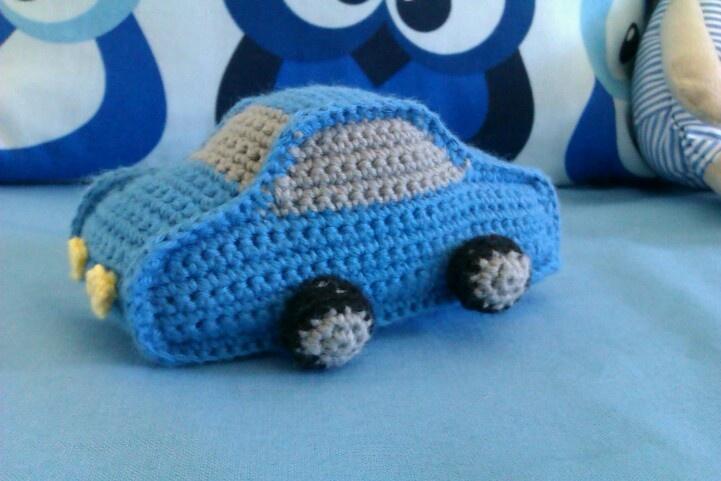 Hæklet bil lavet til en dejlig lille dreng