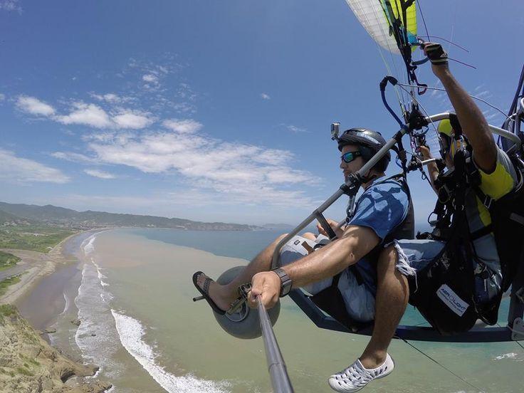 Observando el paisaje que nos ofrece el Parque Nacional Machalilla en Puerto Lopez en un vuelo en parapente a motor. #ParqueNacionalMachalilla #ParapentePuertoLopezAMotor