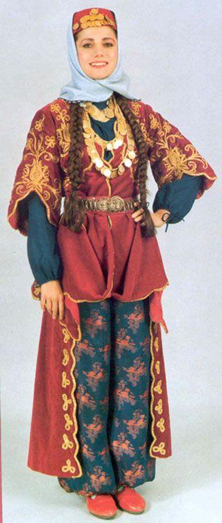 Tradicional vestimenta turca tradicional para o casamento em Elazig, na Anatólia Oriental, Turquia.