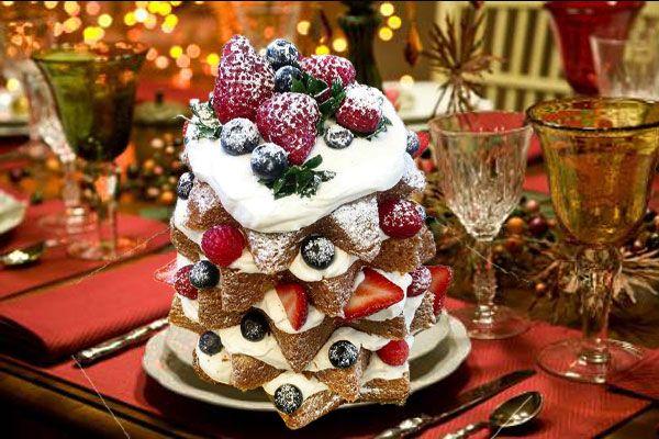 パンドーロをフルーツと生クリームでデコレーションしたケーキ