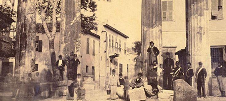 Το βιβλίο προτείνει μία περιήγηση στην Αθήνα και την ιστορία της. Μέσα από μνημεία, χώρους, δρόμους και κτίρια -ακόμα και κάποια που δεν υπάρχουν πια- ζωντανεύει η ατμόσφαιρα παλαιότερων εποχών της πόλης, κυρίως όμως του 19ου  και του πρώτου μισού του 20ου αιώνα.