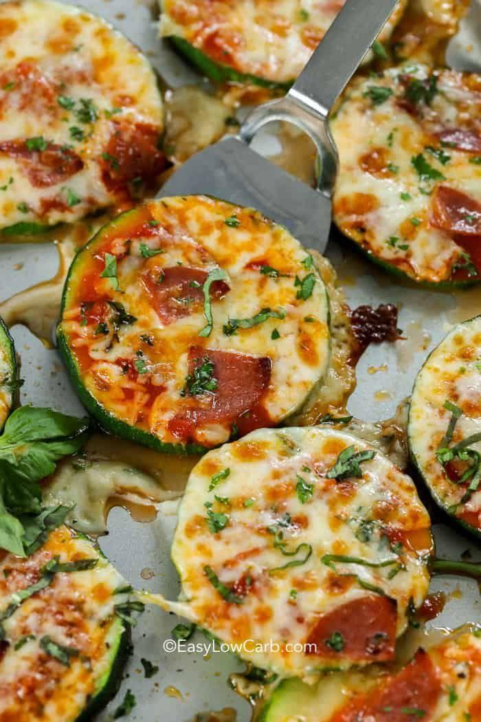 Diese käsigen Keto-Zucchini-Pizzabissen gehören zu unseren Lieblingsgetränken mit niedrigem …