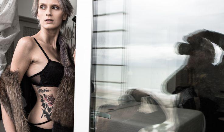 #tatoo #model #professionalshotting #lingerie #black #grey #tatuaggio #flowers #rosa #grigio #nero #modella #foto #photo #monicapallonifotografa #furcoat #photographers