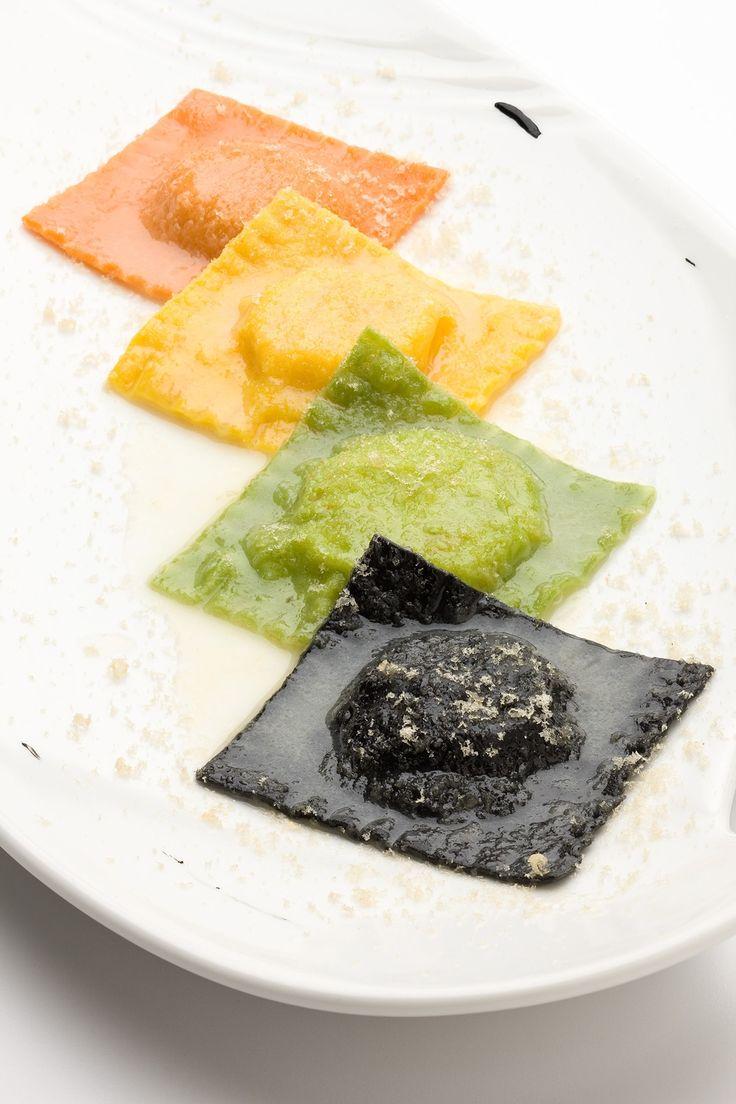 Per i ravioli al nero di seppia Sbattere le uova con il nero di seppia e l'olio, formare una fontana di farina su una superfici