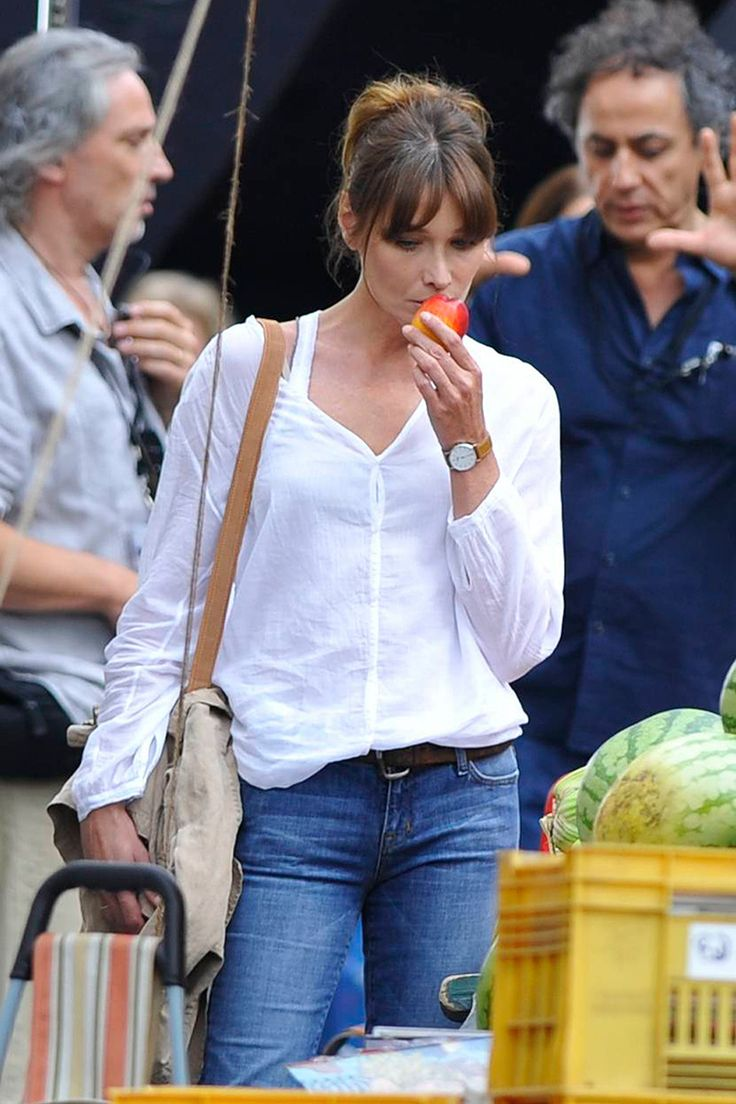 Carla Bruni, white linen blouse, blue jeans, brown leather belt