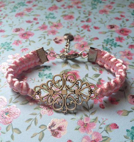 Pulsera de macramé en rosa bebé con filigrana de plata tibetana, cierre mosquetón y cadenita con colgante para ajuste de www.lafabricadecucadas.com
