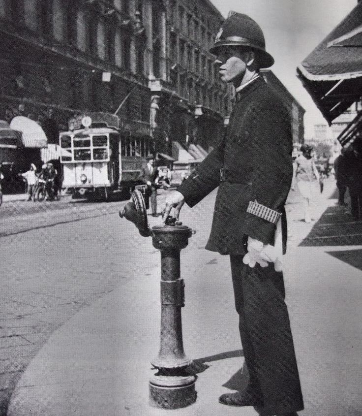 Milano Un Ghisa che manovra un semaforo a comando manuale, via Dante, anni '30 circa
