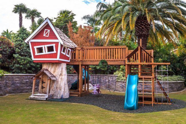 Kinder-Spielplatz-draussen-Kiesboden-Schaukel-Rutsche
