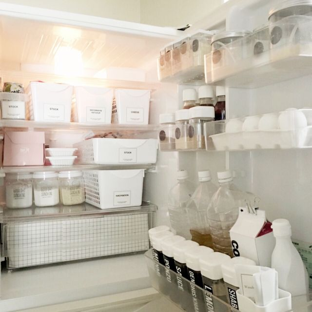 システムキッチンの中見せて!賢く上手なキッチンの収納アイデア集 ... プラスチックケースを使って、すっきり冷蔵庫収納