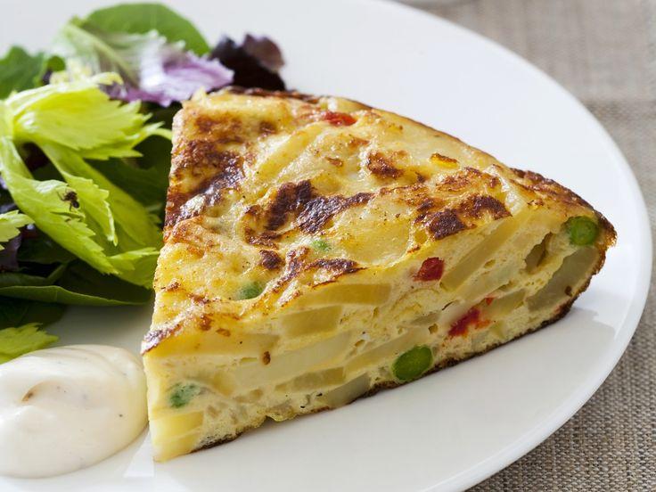 Spanisches Kartoffel-Omelett mit grünem Salat - smarter - Zeit: 15 Min. | eatsmarter.de