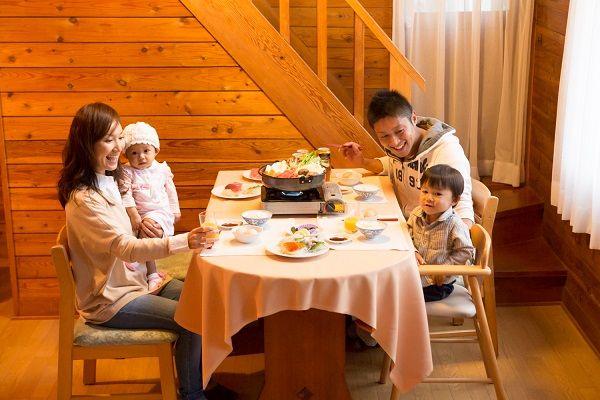 夕食お届け食材を囲んで、家族団らんでお召し上がりください。