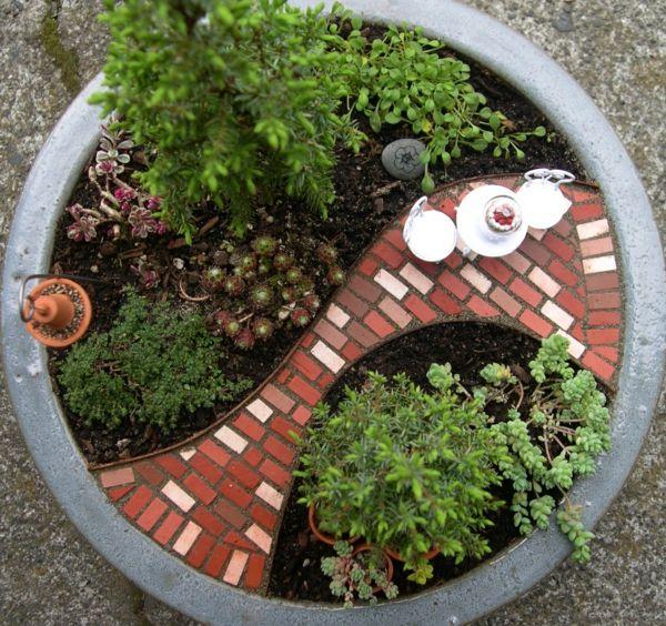 mini jardin zen dans un pot de fleur, miniature de jardin japonais