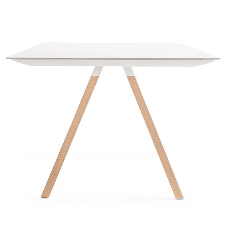 Arki-Table è un tavolo rettangolare in legno con le gambe in massello di rovere, il profilo-cornice in estruso di alluminio e il ripiano in stratificato.