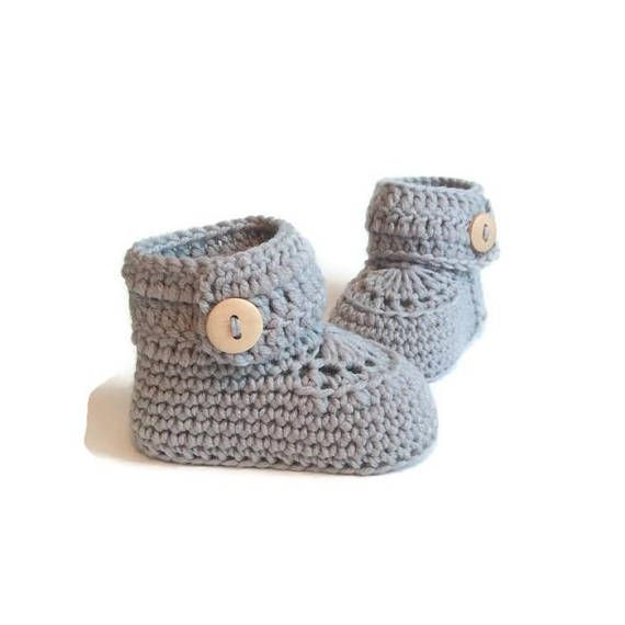 I make each of these fantastic baby booties by hand. Each pair is made using 100% soft merino wool. I love these baby booties because of their short button ankle cuff. The button cuff opens fully, then wraps around little calves to close. These booties are a classic tradition with modern style. Their sturdy construction will make them a lasting keepsake and family heirloom. Sizes: 0-6 months ( 9 cm ) (aprox. 8 cm tall) 6-12 months ( 10 cm ) (aprox. 8 cm tall) Packaging: These little…