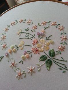 hand embroidery// Bordado a mano/ Maria L.Bertolino/ www.pinterest.com...                                                                                                                                                      Más