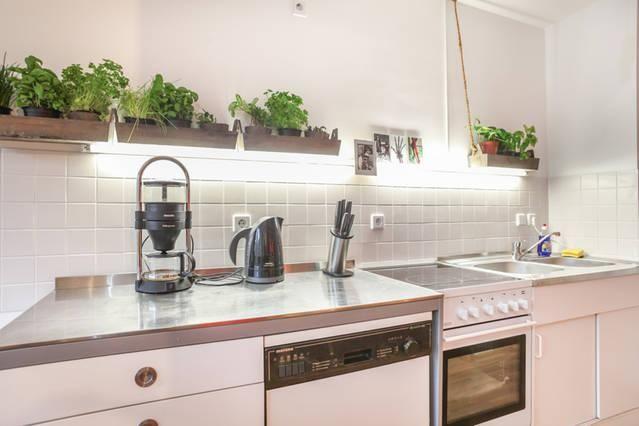Moderne Küche mit Metallarbeitsplatte in Berliner WG
