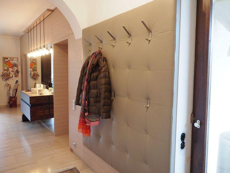 Garderobe mit softem Leder bespannt, passend zur Sitzbank im vorderen Bereich des Raumes.