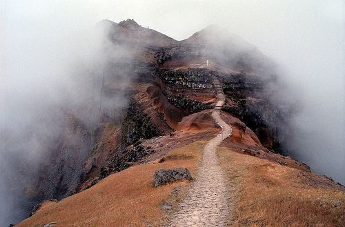 Trail to Pico do Arieiro in fog (by claustral)
