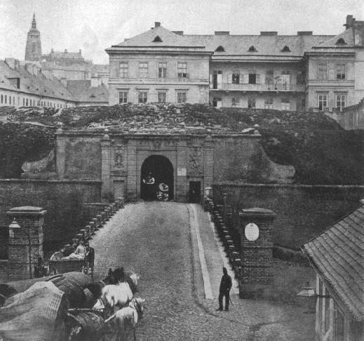 Brány pražského opevnění. Jak vypadaly a kde je jim konec? Újezdská brána ze smíchovské stran postavena 1694