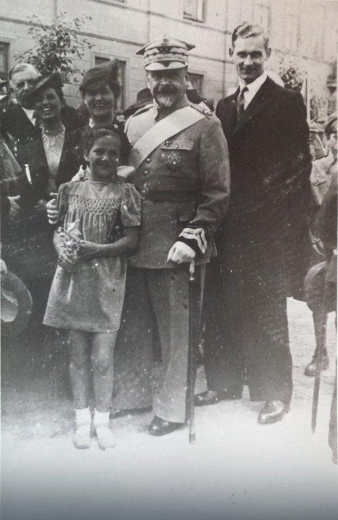 Krystyna Myszkowska jako dziecko (później przyjęła nazwisko męża - Sierpińska) z gen. Józefem Hallerem tuż przed wybuchem II wojny światowej (fot. archiwum prywatne)