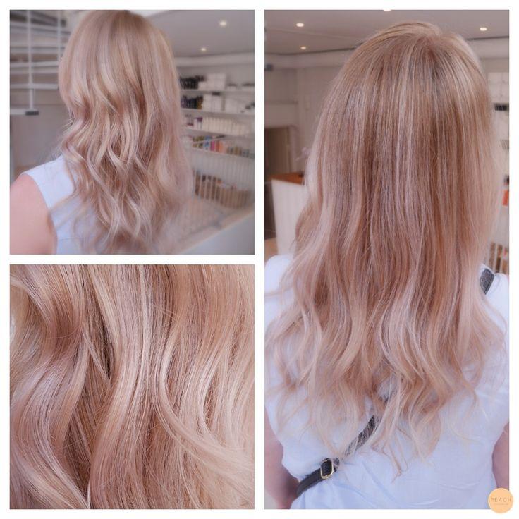 Etter mange lyse slingor gjennon min kundes hår la vi over en soft rosa toning for å få enfin roséblond hårfarge.
