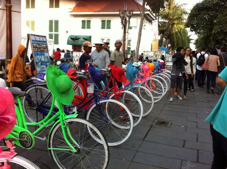 Sepeda warna-warni di kawasan Kota Tua, Jakarta. Sepeda ini disewakan bagi pengunjung untuk mengelilingi kawasan Kota Tua #jakarta