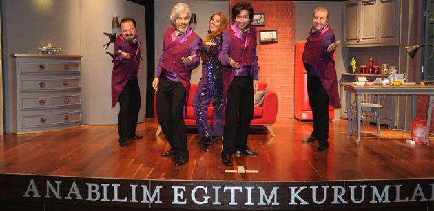 """Tiyatro dünyasının önde gelen isimleri Süheyl Uygur ve Behzat Uygur kardeşler, Anabilim Konferans Salonu'nda """"Dünya'nın Sonu.Net"""" tiyatro oyunlarını sergiledi."""