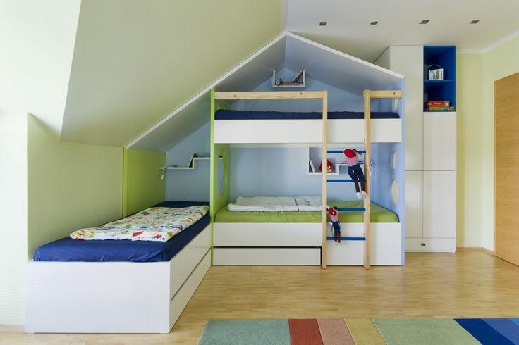 Patrová postel ve tvaru domečku