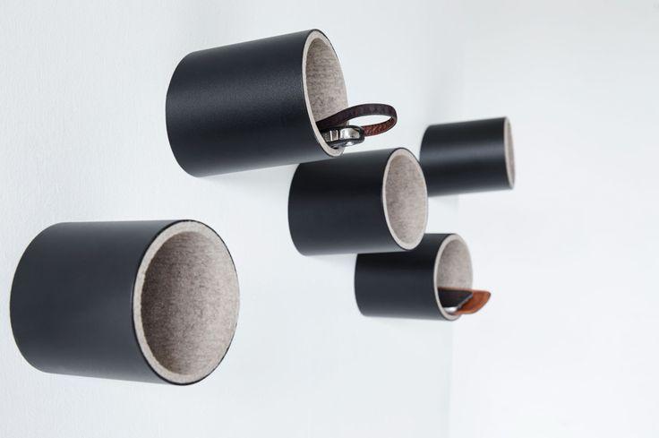 HOLE ON by Jensen Plus è fatto di tubi in acciaio verniciato a polvere. L'interno puà essere rivestito in feltro e diventare così un contenitore per chiavi, cellulari, guanti ecc… Ma HOLE ON, può essere anche un elegante gancio per giacche, borse ecc.