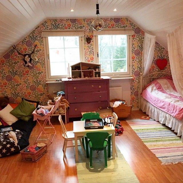 #ShareIG Helt magiskt barnrum hem hos @hannamaria80 #barnrumsinspo #kidsroom #snedtak #flowers #blommor #inspo