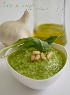 Pesto di rucola--100 g di rucola-150 ml di olio extravergine d'oliva-1 spicchio d'aglio privato dell'anima-50 g di pinoli -50 g di parmigiano o grana-50 g di pecorino-sale Mettete la rucola nel mixer con pinoli, parmigiano, pecorino, l'aglio, sale ed l'olio e frullate. il restante olio a filo e frullate finchè salsa fluida ed omogenea. ricordate di ravvivarlo con un olio e un paio di cucchiai di acqua di cottura della pasta. potete anche congelarlo.