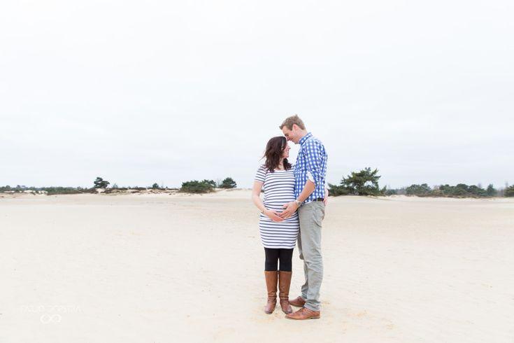 Sommige mensen spreken niet van het Aekingerzand maar van de Kale Duinen. Je ziet waarom. Florian en Wina waren nog nooit op deze plek geweest toen ik het ze voorstelde. Zwangerschapsfotografie | Maternity | Pregnancy | Photo shoot | Drenthe | Appelscha |Zwangerschapsfotograaf