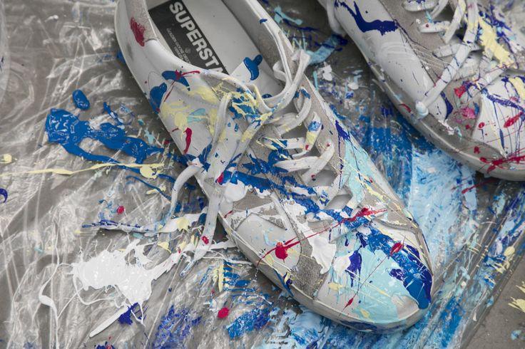 Quand l'art pictural rencontre la mode italienne... La maison Golden Goose, fondée par Alessandro Gallo et Francesca Rinaldo dans les années 2000, invite l'artiste italo-égyptien Omar Hassan, réputé pour ses peintures abstraites faites aux gants de boxe, à réaliser une collection haute en couleurs.