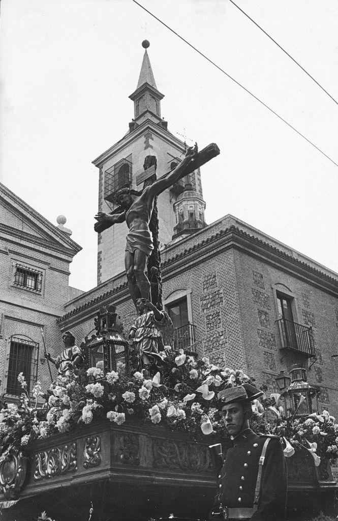 En Madrid, como en otras localidades de la peníncula, encontramos el origen de la Semana Santa en las antiguas procesiones de disciplinantes, protagonizadas por los miembros de la Cofradía de la Santa Vera Cruz, una hermandad que ya existía en el año 1500. Se desconocen sus orígenes aunque se