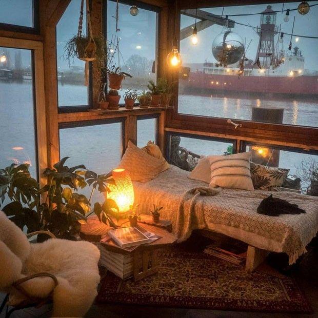 fotógrafo alemão Claudius Schulze / Fotógrafo faz casa barco com material reciclado e levou seis meses para ficar pronta / quarto aconchegante sustentável com janelas grandes. (Foto: Divulgação)
