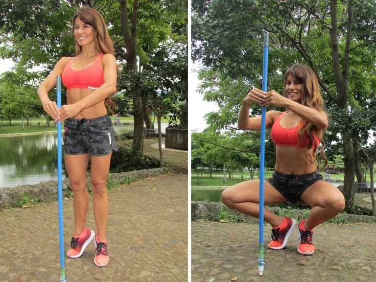 <PLIÉ> Comienza con las piernas estiradas, el cuerpo erguido y firme. Activa los abdominales y coloca el palo de escoba en el centro del cuerpo. Baja lentamente mientras mantienes la espalda extendida y los abdominales muy contraídos y así mismo sube. Realiza 3 series de 12 repeticiones.--> Beneficios: fortalecer piernas, cuádriceps, aductores y pantorrillas.