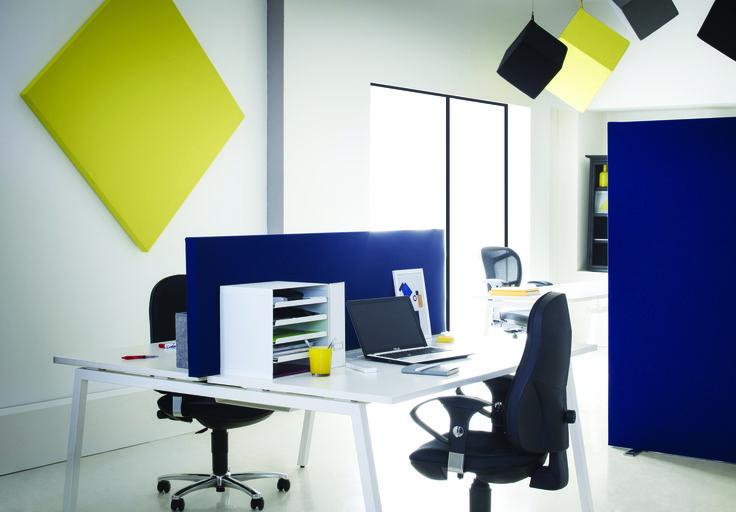 Un cadre de travail simple mais efficace : un bureau bien organisé et bien rangé, une petite touche de couleur au plafond et sur les murs. Il ne manque rien pour bien travailler. Merci myO