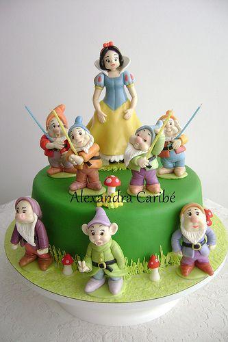 Disney-Snow White. View more at Suburban Fandom's Fan Cakes board http://pinterest.com/SuburbanFandom/fan-cakes/