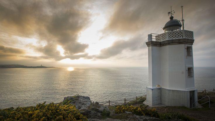 Faro de Mera (Monumento Natural de Costa de Dexo) na Reserva de Biosfera Mariñas Coruñesas e Terras do Mandeo. Ao fondo a Torre de Hércules