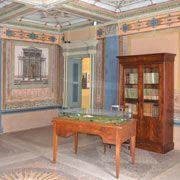 Una delle stanze della casa dove è nato Pellico con libri e altri oggetti d'epoca in esposizione...