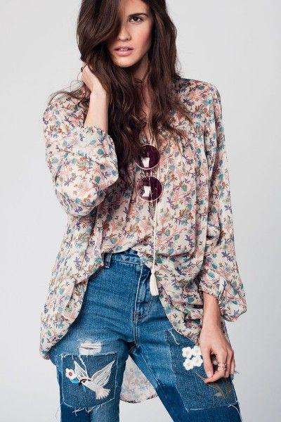 Oversized vintage style blouse Supergave vintage style licht doorschijnende oversized blouse met kwastjes aan de voorkant en bloemen design. Heerlijk voor de zomer deze luchtige blouse en een mooie aanvulling voor je garderobe.