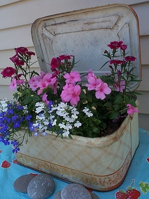 Tin...such a cute idea.Gardens Ideas, Vintage Tins, Rusty Breads, Breads Boxes, Vintage Planters, Gardens Tins, Flower Baskets, Homespun Living, Breads Tins