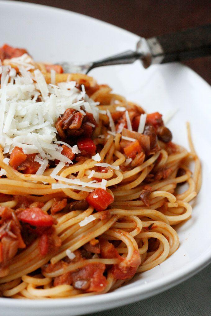 Die vegetarische Linsen-Bolognese ist herzhaft, schnell gemacht und vollgepackt mit typischen Bolognese-Zutaten. Ihr werdet das Fleisch nicht vermissen!