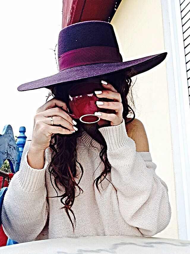 Hats addict , coffe and curl hair