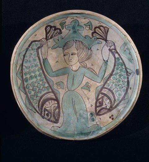 PLATO CERAMICA VERDE DE PATERNA S XIV-MUJER CON PECES. Location: MUSEO DE CERAMICA GONZALEZ MARTI, VALENCIA, SPAIN. : Stock Photo
