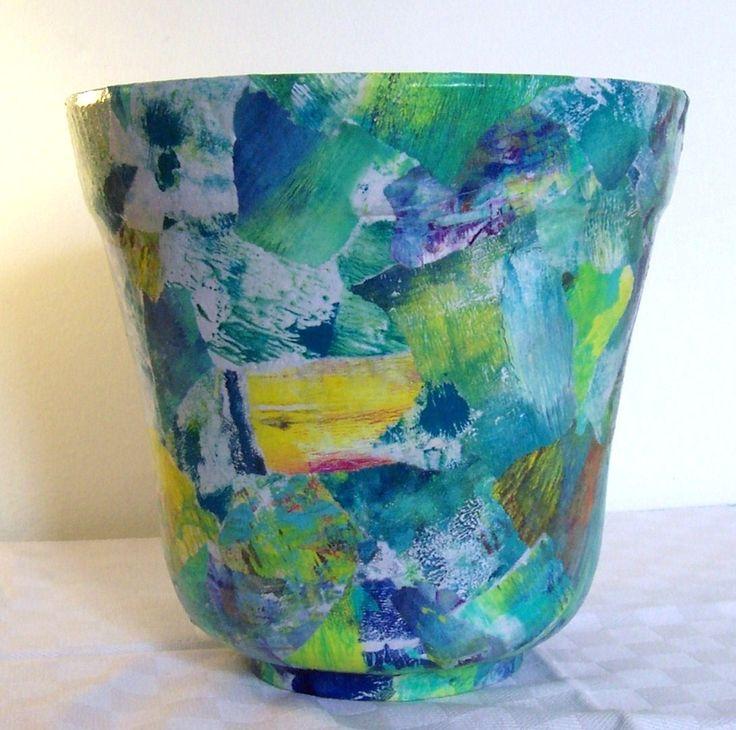 vaso di coccio rivestito con ritagli di carta dipinti com tecnica gelli