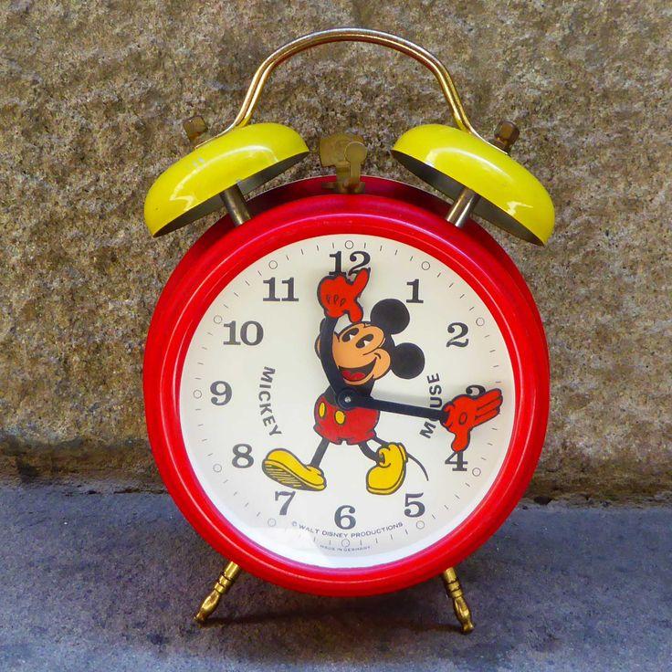 Reloj despertador deMickey Mouse Walt Disney Productions realizado enAlemania en los 60s. Está hecho de metal lacado y aposa sobre 2 pequeñas patitas. Muy decorativo! Medidas: H17.5 x ø12.5 cms aprox. En buen estado vintage y en funcionamiento, carga manual a cuerda.