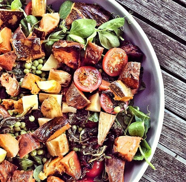 Roast veggie salad is our go-to when we need to up our veggie intake for the week. Haloumi optional! What have you got for lunch? 📷@thehealthyingredient